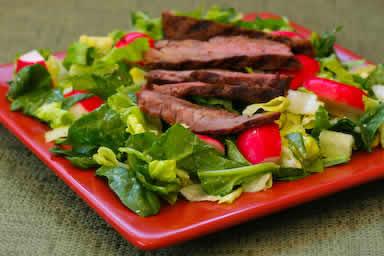 отбивная с салатом